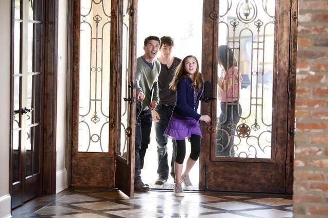Marisol Nichols, Frank Grillo e Travis Caldwell in una scena della serie The Gates