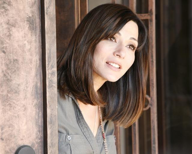 Marisol Nichols in una scena della serie The Gates