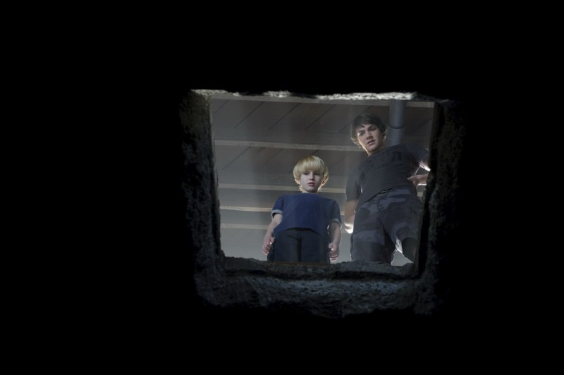 Nathan Gamble e Chris Massoglia in una scena del film The Hole in 3D