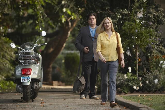 Oliver Platt e Laura Linney in una scena del pilot della serie The Big C