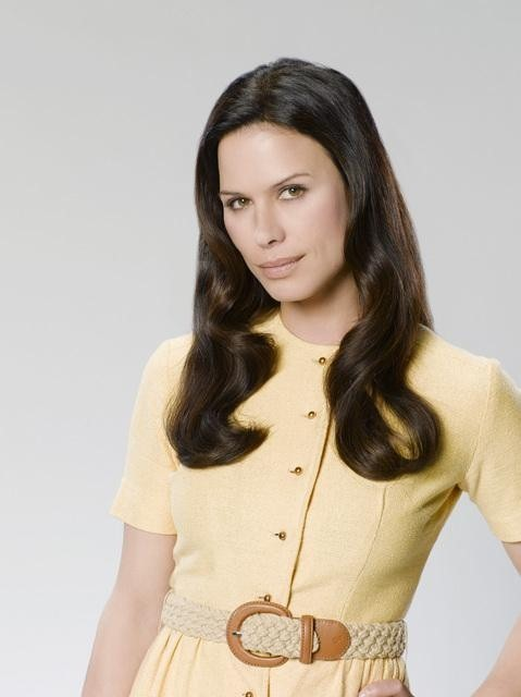 Rhona Mitra è Claire Radcliff in una foto promozionale della serie The Gates