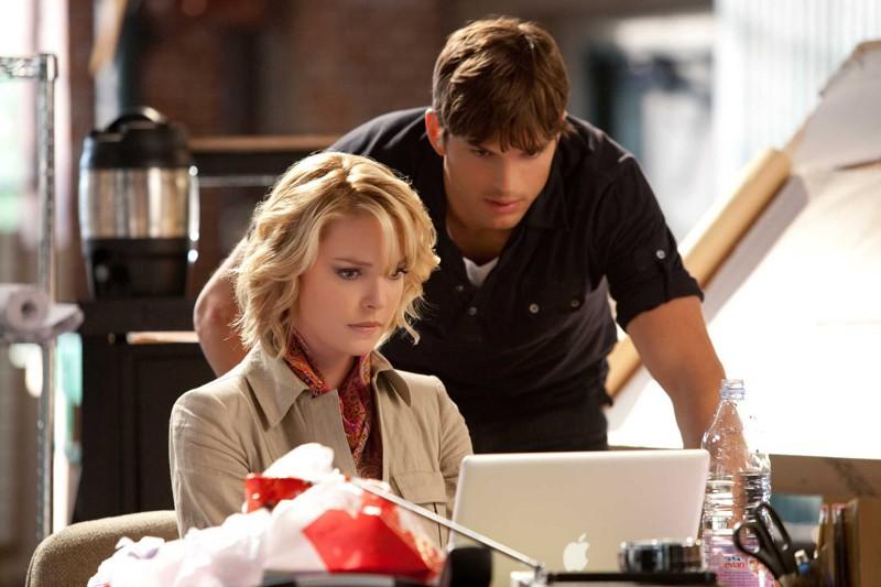 Katherine Heigl e Ashton Kutcher esaminano il portatile in un momento del film Killers