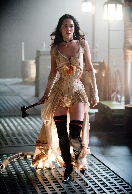 La bella Megan Fox armata di accetta in una scena del film Jonah Hex
