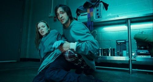 Adrien Brody e Sarah Polley in una scena del film Splice