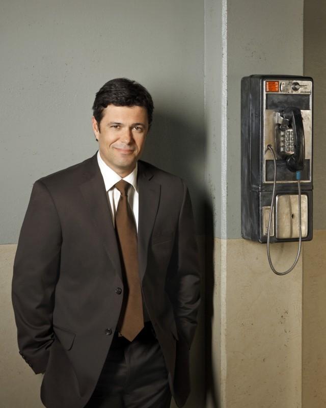 Carlos Bernard è il sergente Mack in una foto promozionale della serie Scoundrels