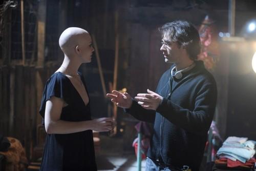 Delphine Chanéac con il regista Vincenzo Natali sul set dello sci-fi Splice