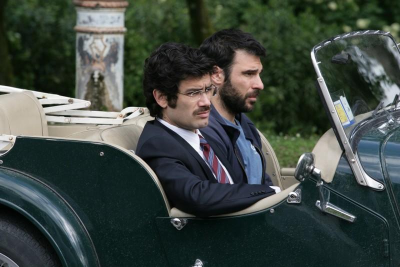 Edoardo Leo e Marco Bonini in una scena del film 18 anni dopo