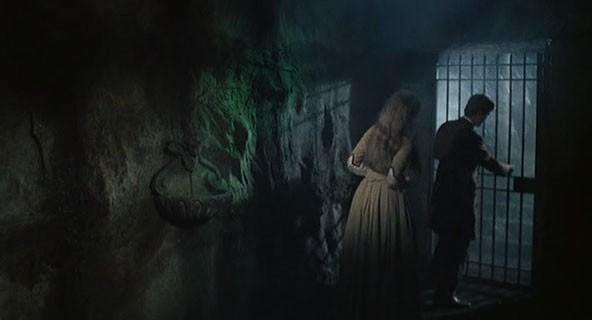 Erika Blanc con Giacomo Rossi-Stuart (di spalle) in una scena del film Operazione paura (1966)