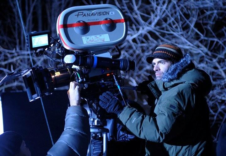 Il regista Vincenzo Natali sul set dello sci-fi Splice