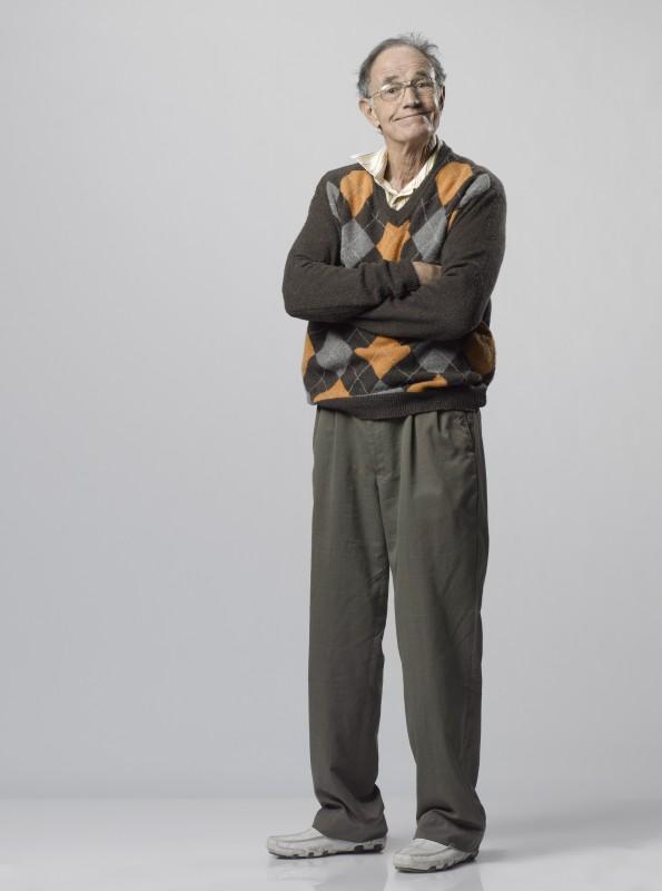 John Lawlor è nonno West in una foto promozionale della serie Scoundrels