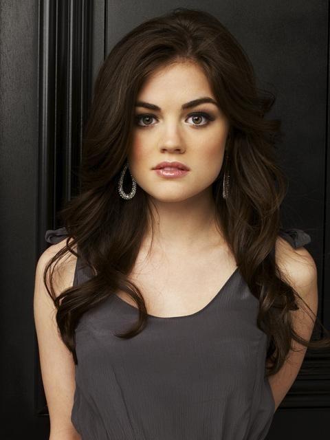 Lucy Hale in una immagine promozionale della serie Pretty Little Liars