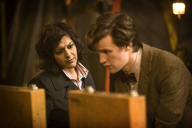 Meera Syal e Matt Smith in una scena dell'episodio The Hungry Earth di Doctor Who
