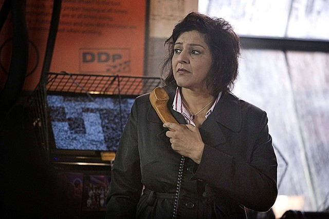 Meera Syal in una scena dell'episodio The Hungry Earth di Doctor Who