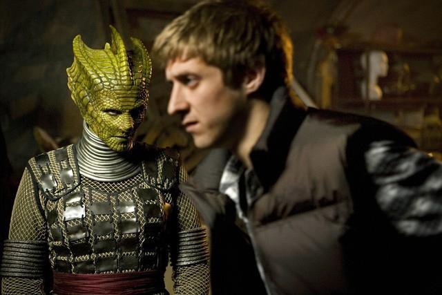 Neve McIntosh e Richard Hope in una scena dell'episodio Cold Blood di Doctor Who