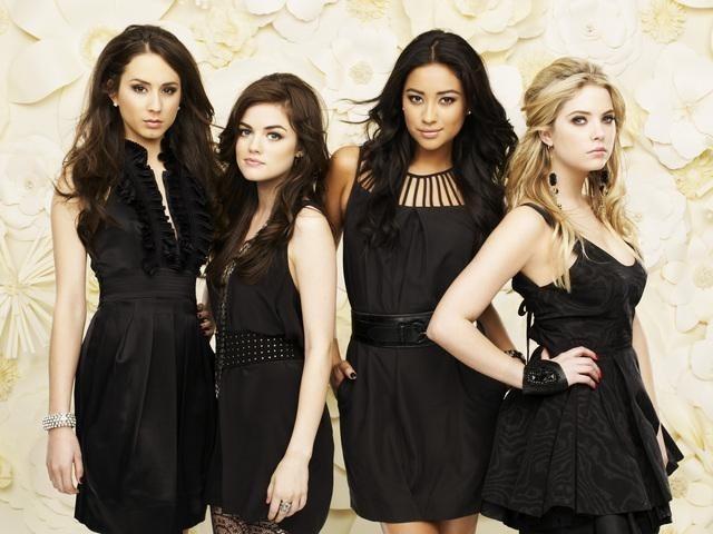 Pretty Little Liars: Shay Mitchell, Lucy Hale, Troian Avery Bellisario ed Ashley Benson in una foto promozionale della serie