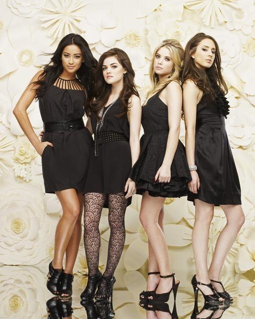 Pretty Little Liars: Shay Mitchell, Lucy Hale, Troian Avery Bellisario ed Ashley Benson in una immagine promozionale della serie