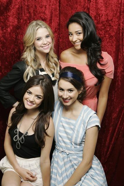 Pretty Little Liars: Shay Mitchell, Lucy Hale, Troian Avery Bellisario ed Ashley Benson in uno scatto promozionale della serie