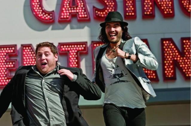 Russell Brand e Jonah Hill in una scena rocambolesca del film Get Him to the Greek