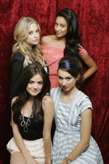 Shay Mitchell, Lucy Hale, Troian Avery Bellisario ed Ashley Benson in uno scatto promozionale della serie Pretty Little Liars