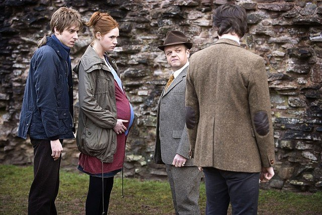 Toby Jones, Arthur Darvill, Matt Smith e Karen Gillan nell'episodio Amy's Choice di Doctor Who