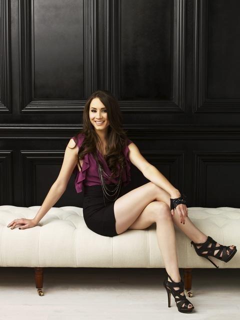 Troian Avery Bellisario in una foto promozionale della serie Pretty Little Liars