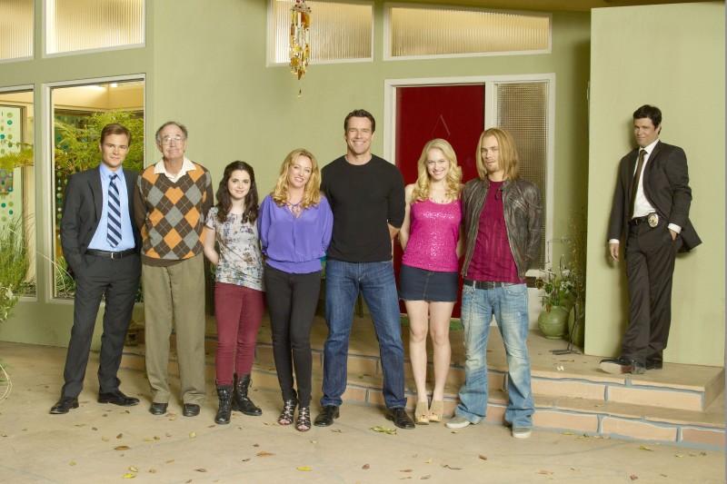 Una foto promozionale del cast della serie Scoundrels