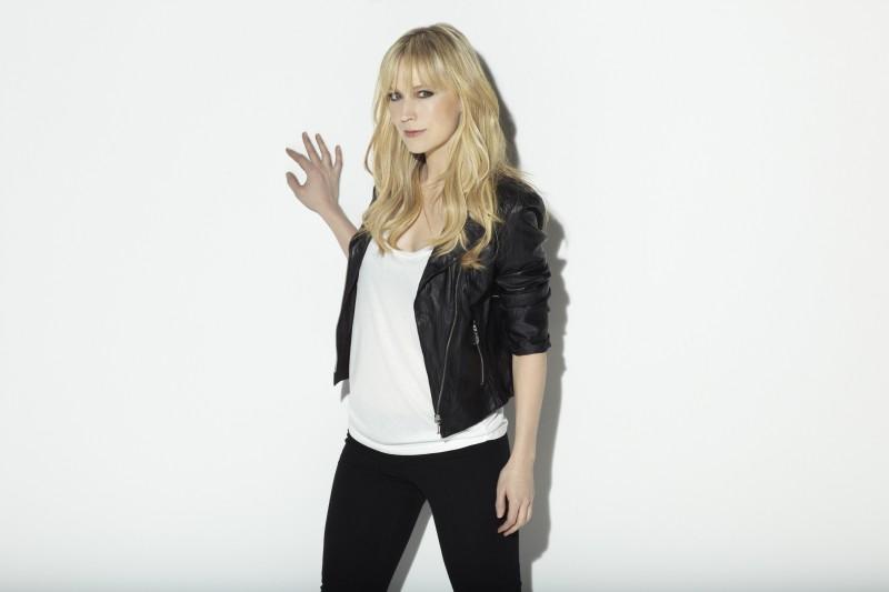 Beth Riesgraf in una immagine promozionale della stagione 3 della serie Leverage