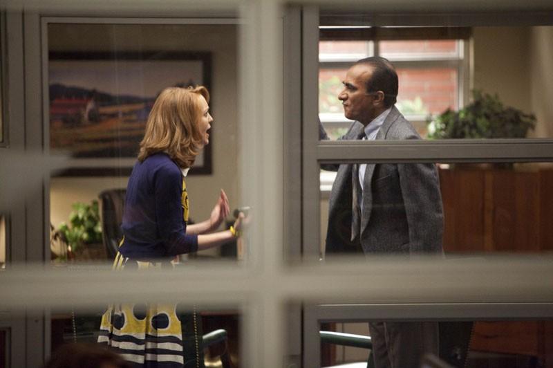 Emma (Jayma Mays) discute con il Preside Figgins (Iqbal Theba) nell'episodio Journey di Glee