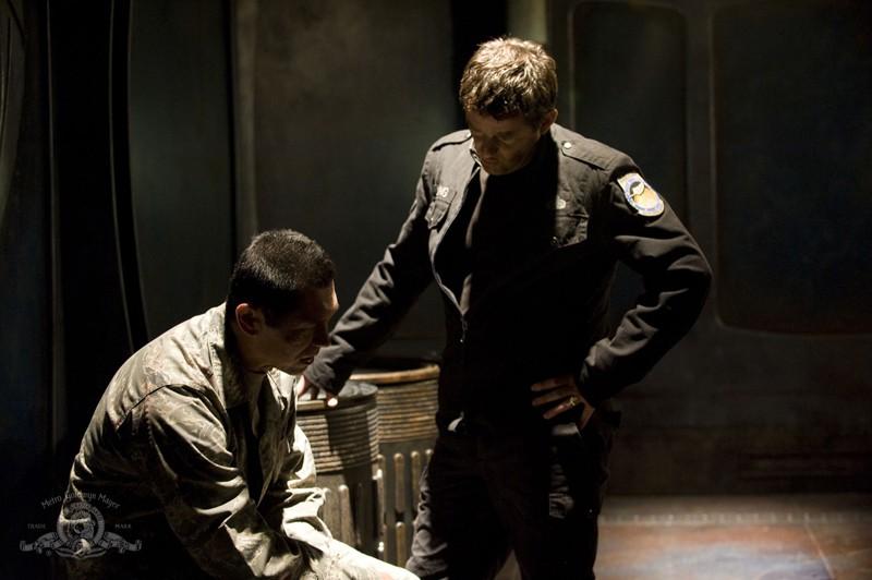 Il Col. Telford (Lou Diamond Phillips) e il Col. Young (Justin Louis) nell'episodio Subversion di Stargate Universe