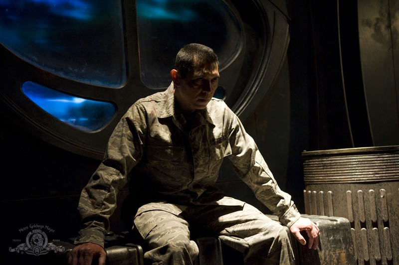 Il Colonnello Telford (Lou Diamond Phillips) in ostaggio nell'episodio Subversion di Stargate Universe