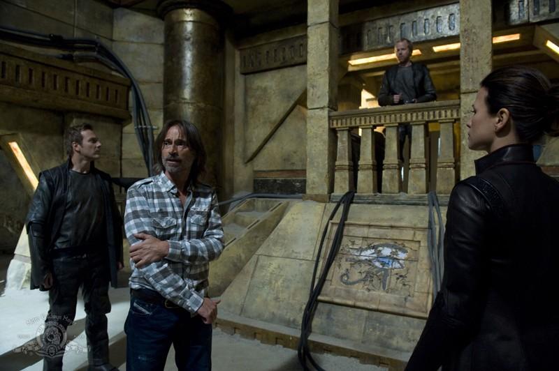 John Murphy, Robert Carlyle, Mike Dopud e Rhona Mitra nell'episodio Subversion di Stargate Universe
