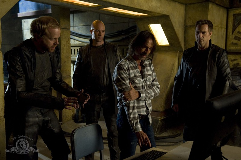 John Murphy, Ryan Booth, Robert Carlyle e Mike Dopud nell'episodio Subversion di Stargate Universe