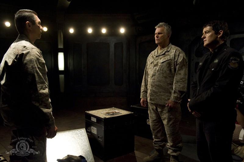 Lou Diamond Phillips facca a faccia con R.D. Anderson e Justin Louis nell'episodio Subversion di Stargate Universe