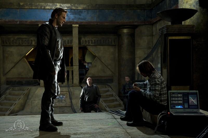 Mike Dopud e Robert Carlyle nell'episodio Subversion di Stargate Universe