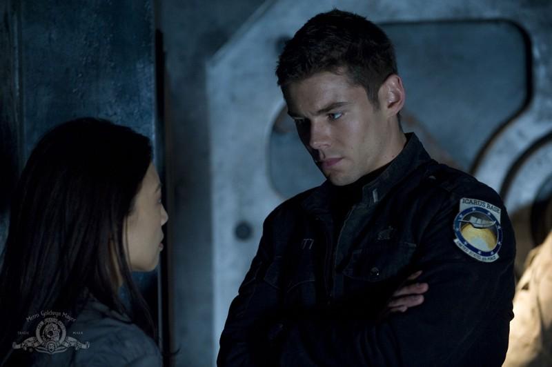 Ming-Na parla con Brian J. Smith nell'episodio Subversion di Stargate Universe