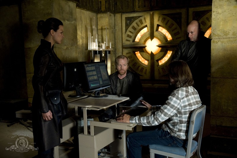 Rhona Mitra, John Murphy, Ryan Booth e Robert Carlyle in una scena dell'episodio Subversion di Stargate Universe