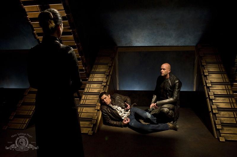 Rhona Mitra, Lou Diamond Phillips e Ryan Booth in una scena dell'episodio Subversion di Stargate Universe
