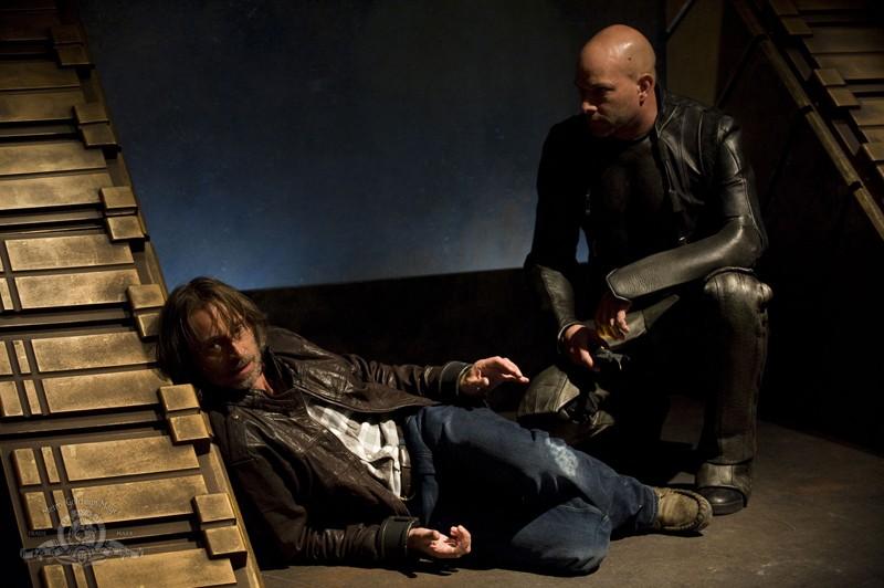 Robert Carlyle catturato dalla Lucian Alliance in un momento dell'episodio Subversion di Stargate Universe