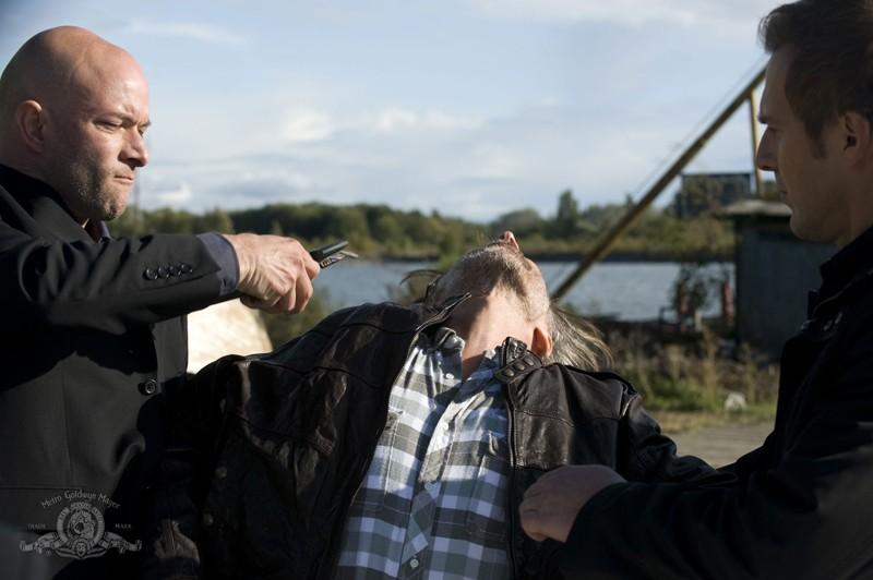 Ryan Booth colpisce Robert Carlyle in una scena dell'episodio Subversion di Stargate Universe