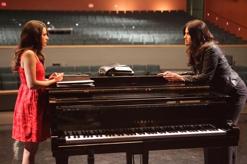 Shelby Corcoran (Idina Menzel) e Rachel Berry (Lea Michele) in una scena dell'episodio Theatricality di Glee