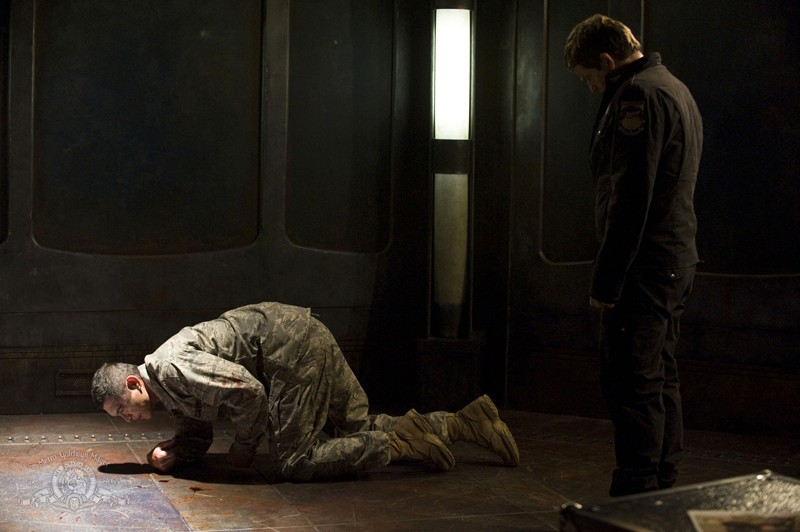 Telford (Lou Diamond Phillips) colpito da Young (Justin Louis) nell'episodio Subversion di Stargate Universe