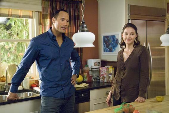 Ashley Judd e Dawyne Johnson in un'immagine di The Tooth Fairy