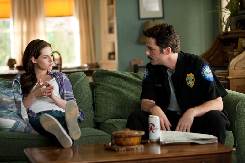 Bella (Kristen Stewart) e papà Swan (Billy Burke) sul divano di casa nel film The Twilight Saga: Eclipse
