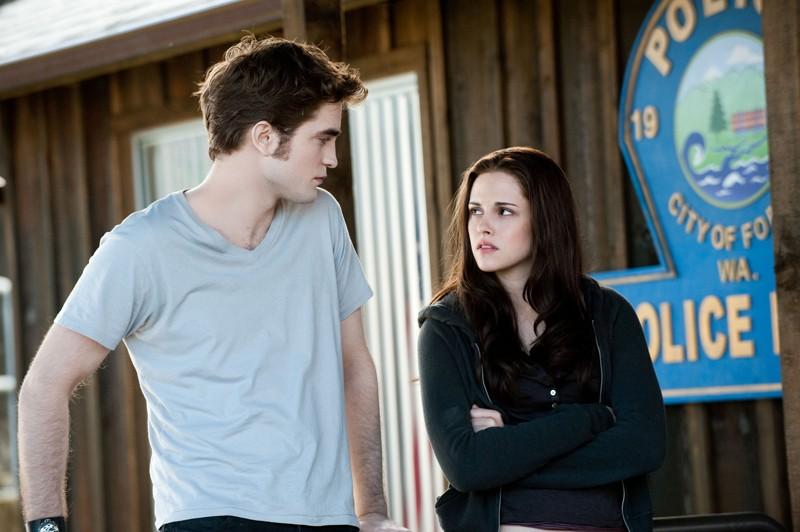 Bella (Kristen Stewart) guarda preoccupata Edward (Robert Pattinson) nel film The Twilight Saga: Eclipse