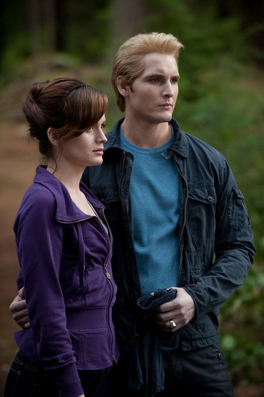 Esme (Elizabeth Reaser) e Carlisle Cullen (Peter Facinelli) in una sequenza del film The Twilight Saga: Eclipse
