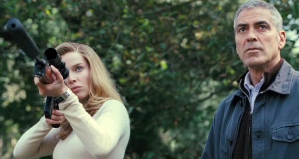 George Clooney e Thekla Reuten in una sequenza di The American