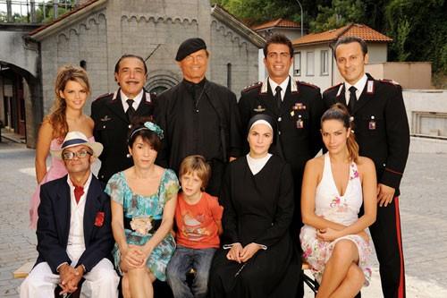 Il piccolo Andrea Pittorino con il resto del cast principale di Don Matteo 7