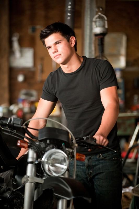 Jacob Black (Taylor Lautner) e la sua moto nel film The Twilight Saga: Eclipse
