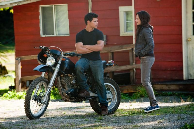 Jacob (Taylor Lautner) ascolta Bella (Kristen Stewart) in una scena del film The Twilight Saga: Eclipse