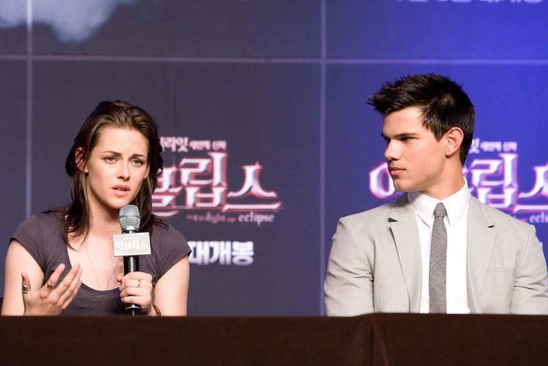 Kristen Stewart e Taylor Lautner alla Press Conference in Seoul, South Korea per il film The Twilight Saga: Eclipse